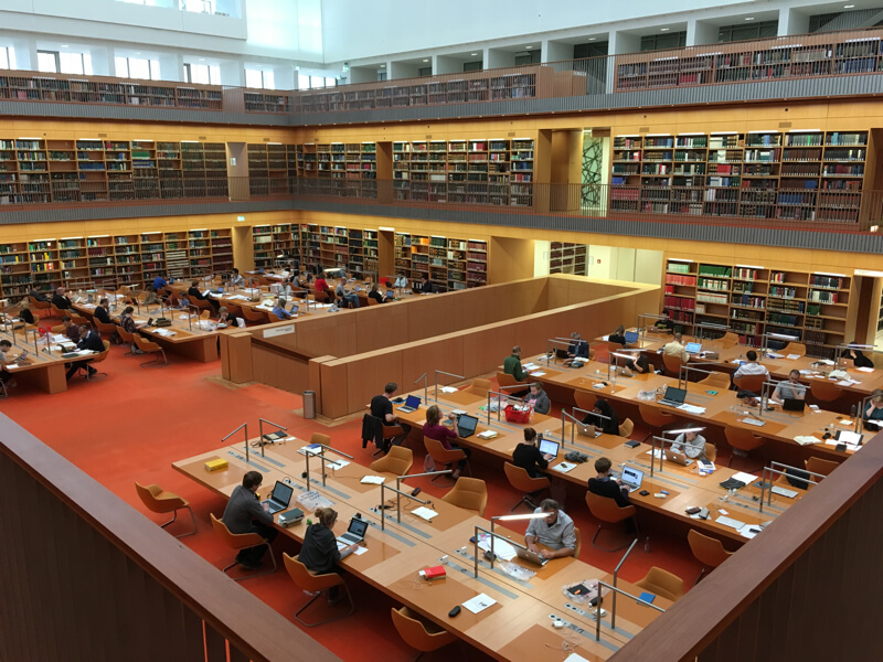 Ook de studiezaal van Unter den Linden is indrukwekkend en modern, maar druk.