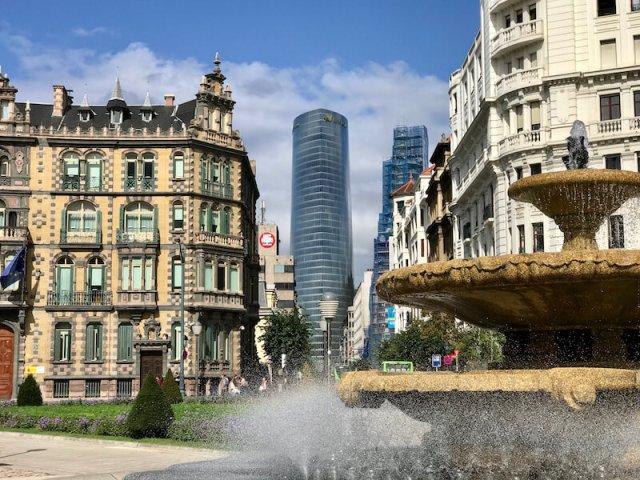 De stad biedt meer dan alleen Guggenheim. Vanaf het centrale plein Plaza de Don Federico Moyúa zie je de prachtige wolkenkrabber van Iberdrola (Bilbao).