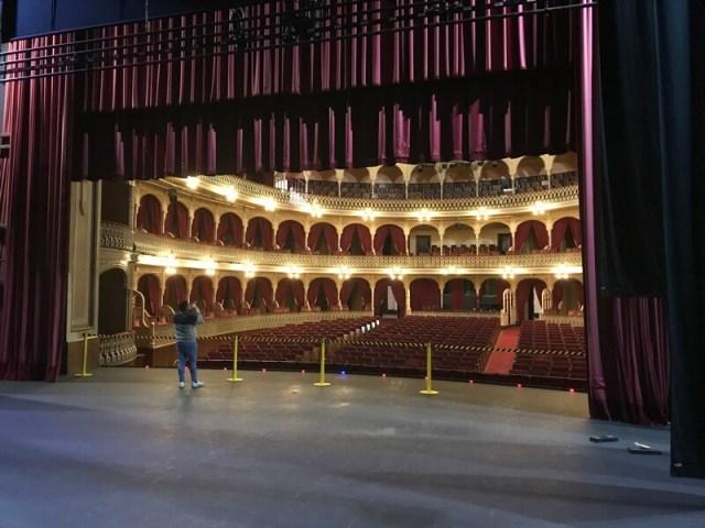 Het podium en een kijkje in de grote zaal van Teatro Falla.