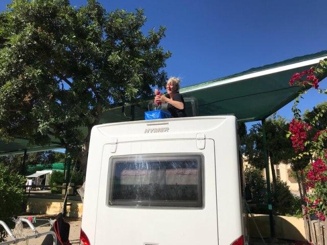Soms moet ons wezentje Smuik schoongemaakt worden. Dat gaat met veel plezier, als de zon schijnt. Je ziet Janine in actie op het dak.