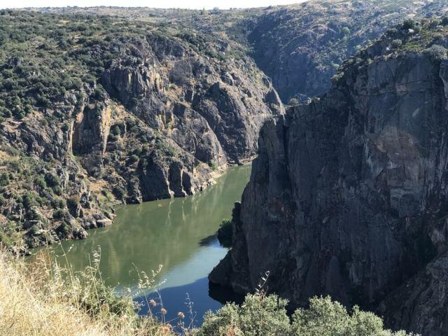 De machtige door kloven omgeven rivier Douro is bij Miranda do Douro de grens tussen Spanje en Portugal. (Bacalhau)