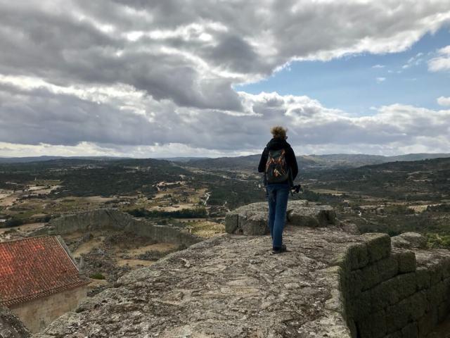 Het landschap van Noord-Portugal is ruig en wordt gedomineerd door graniet. Janine loopt hier op de resten van een kasteel in Marialva, een gehucht in de buurt van Mêda. 
