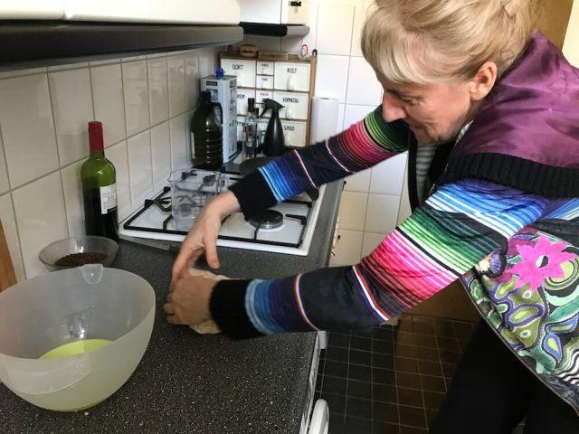 Onze Janine aan het werk bij het kneden van het brood. (Coronacrisis)