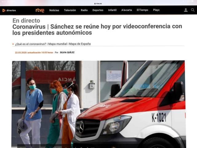 Ziekenhuis personeel bij een Spaans ziekenhuis. Kop van het verhaal: Premier Sánchez vergadert met de leiders van de deelstaten per video. (Spanje). (Noordtoestand).(Corona).