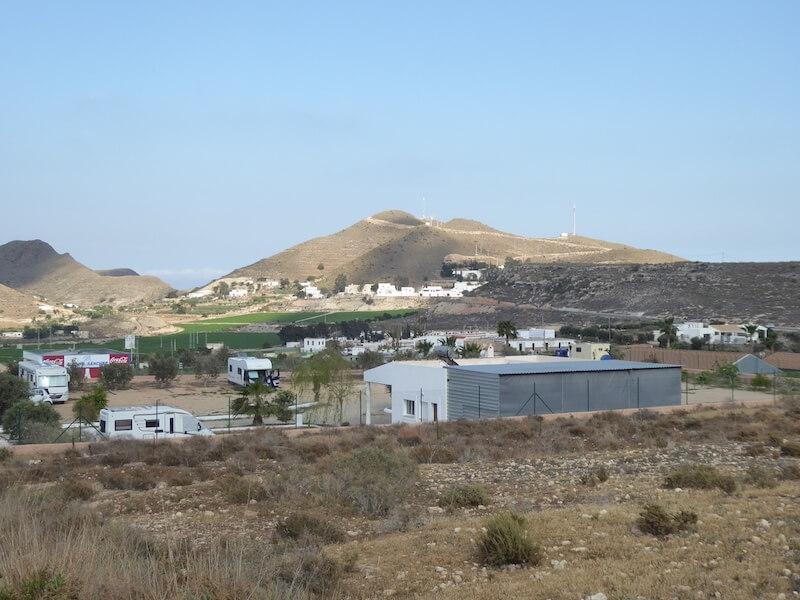 De camperplek El Rancho die op loopafstand (20 minuten) van Carboneras ligt. De havenplaats heeft natuurlijk ook hotels en pensions. De prijzen zijn niet al te hoog.