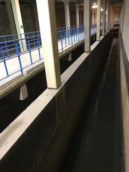 Het zeewater wordt in de kelder door enorme kanalen geleid.