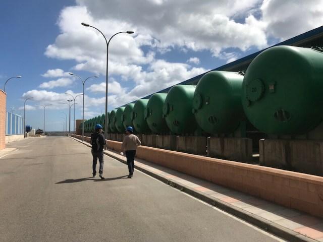 De groene tanks waar het zeewater de eerste keer wordt gefilterd.