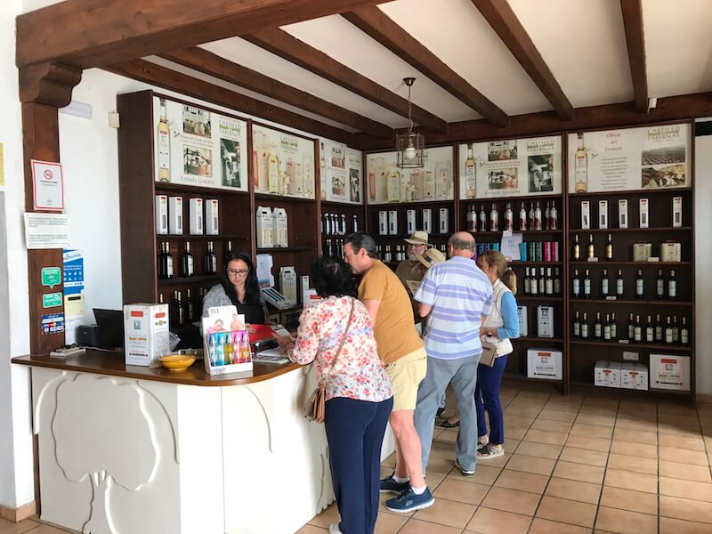 Castillo de Tabernas ontvangt niet alleen excursiegangers, maar heeft ook een winkel aan huis. Carmen Rueda staat achter de toonbank.