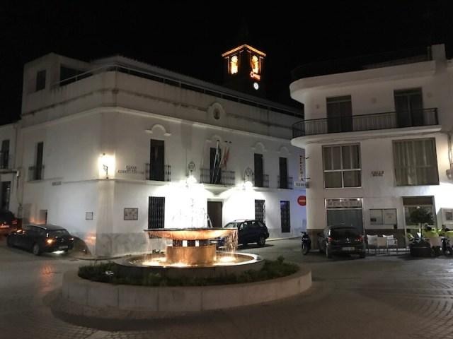 Het centrale plein in avondlicht van Cortegana.