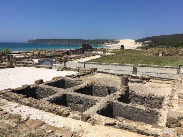 Baelo Claudia, de opgegraven Romeinse stad, ligt idyllisch aan de Atlantische Oceaan en in de verte zie je Duna de Bolonia.