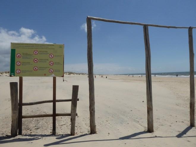 Vanaf Matalascañas loop je door de hekken zo het nationale park Doñana in.