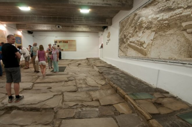 Bij het bouwen van een appartementencomplex stuitten de bouwers op een ondergrondse Romeinse weg en riolering.