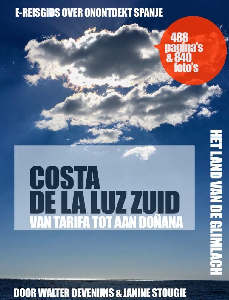 Onze cover. Je ziet de zon aan de kust van Chipiona.