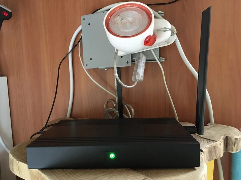 De router-versterker op de plank.