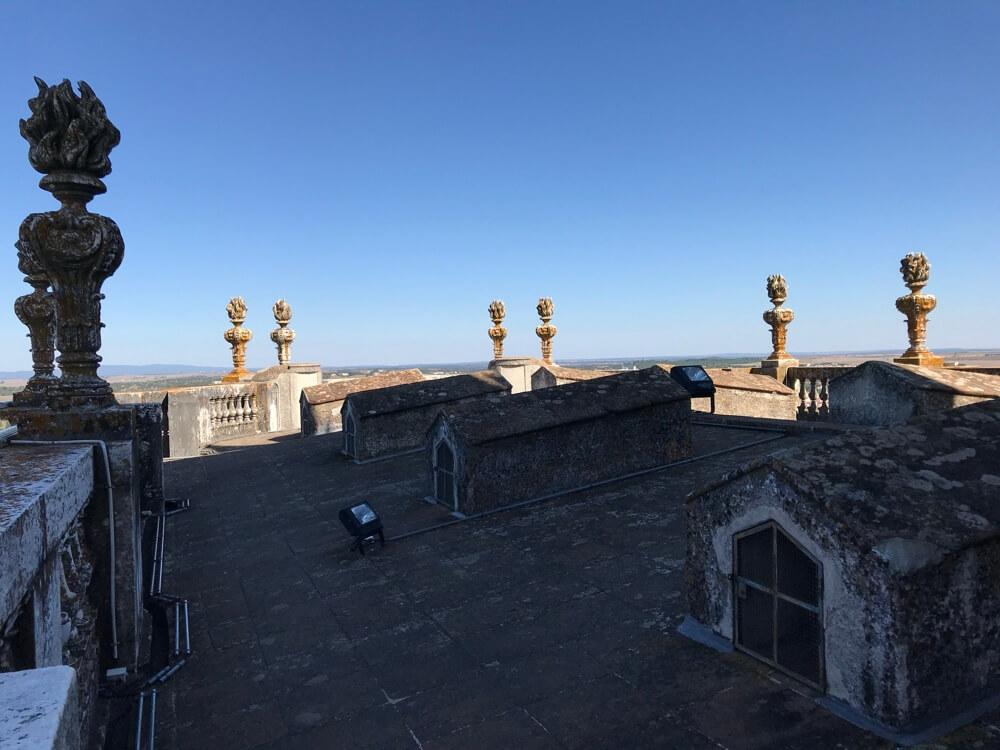 Boven op de kathedraal heb je een geweldig uitzicht over Évora en het omringende land.
