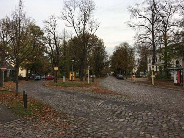 Het dorpsplein met de twee bushaltes.