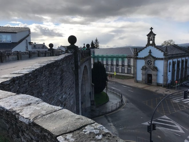 Vanaf de muur kijk je naar de stadspoort Porta do Bispo Odoario.