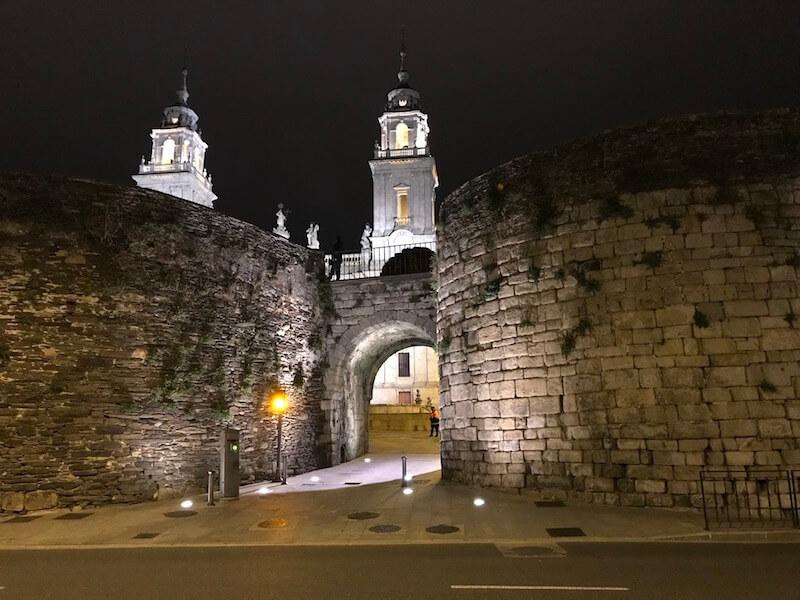 De kathedraal op de achtergrond. Een Romeinse poort ervoor, begeleid door twee torens
