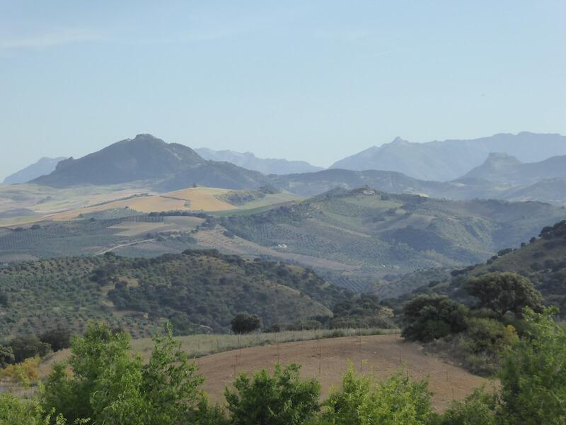 Het landschap bij Olvera vanaf de camping Pueblo Blanco.