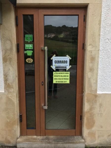 De deur van de kroeg, waarop staat dat 'ie voorlopig dicht is. Het gele postertje laat zien dat niet iedereen ermee eens is.