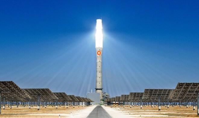 Deze commerciële zonnetoren draait nu volop. Copyright: Torresolenergy.com