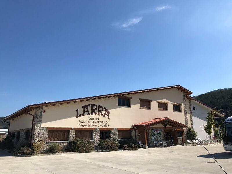 De kaasfabriek Larra heeft een winkel.