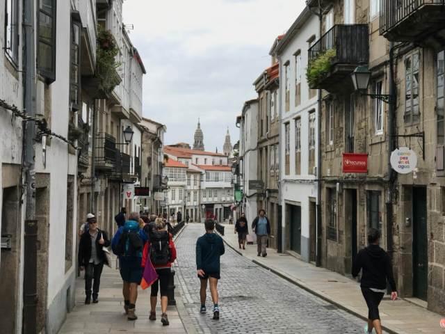 De laatste meters voor de pelgrims in Rúa de San Pedro. De torens van de kathedraal zijn al in zicht.