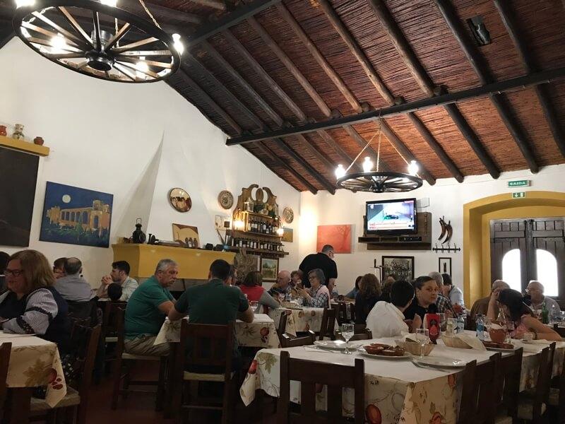 Het echte toprestaurant is Molhó Bico, vlakbij de stadsmuur.