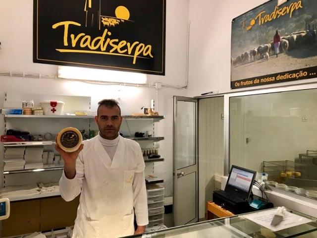 De kaasmaker hield speciaal voor ons even zijn product omhoog.