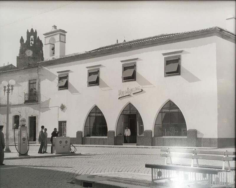 Een oude foto van het restaurant O Alentejano. Er is niet veel veranderd. Alleen kun je niet meer tanken voor de deur.