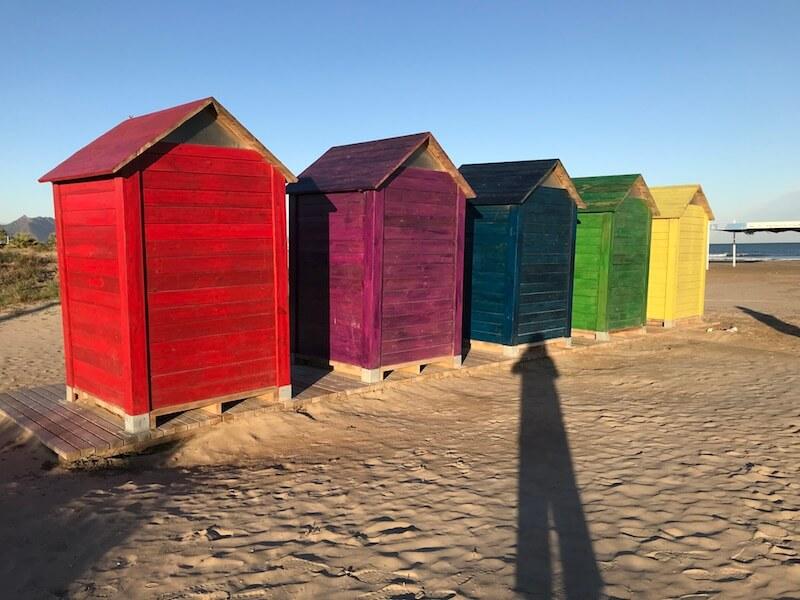 Het strand bij cp Castellón ligt aan de overkant.Daar staan deze kleurige strandhuisjes. (Camperplekken).