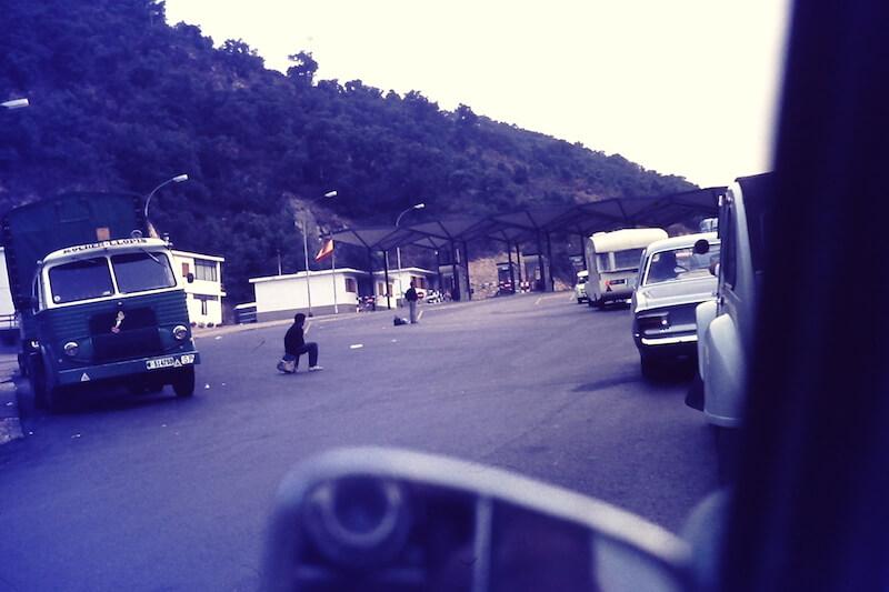 De primitieve grensovergang bij de Franse grensplaats Le Perthus. Mijn vader (zie de lens in de spiegel) staat stil op de Spaanse N-II. De autoweg (E15) bestond nog niet. De overkapping staat er na ruim vijftig jaar overigens nog steeds.