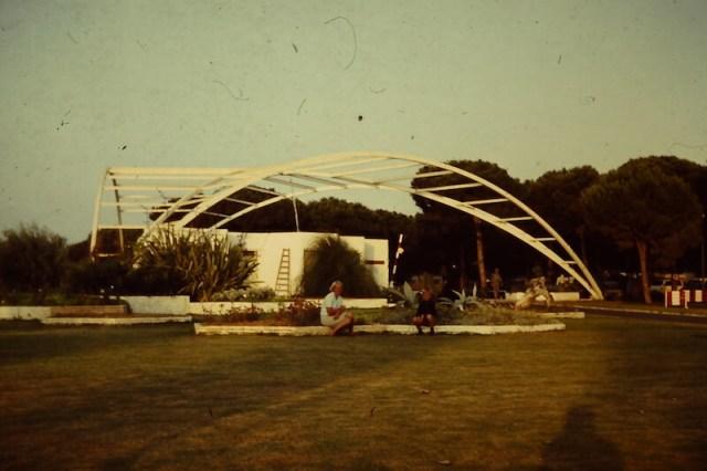De hoofdingang van Toro Bravo, met  mijn moeder en ik op de voorgrond.Het hoofdgebouw duikt ook op in het filmpje onderaan dit verhaal.