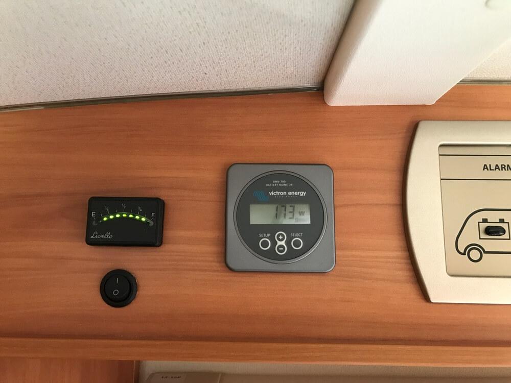Onze batterij-monitor met de hoge opbrengst in Nederland. Links zie je trouwens onze LPG-tankmeter die redelijk werkt.