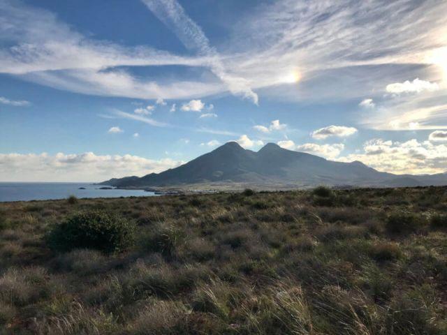 De kust van Cabo de Gata met de twee vulkanen Los Frailes (en een Halo).