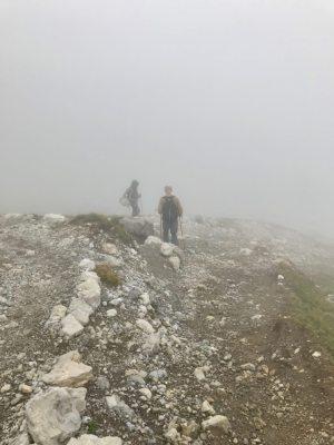 Dikke mist omhult ons. Het pad is glad.