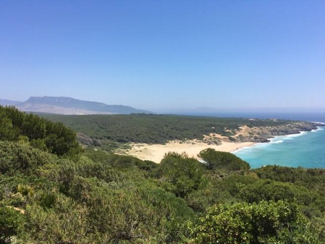 Zicht op de ongerepte kust bij Playa del Cañuelo (Atlanterra)