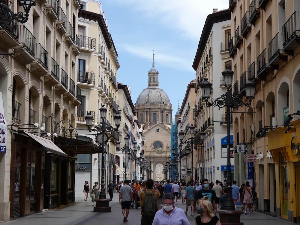 De hoofdwinkelstraat Calle de Alfonso I met zicht op de dominante kathedraal.