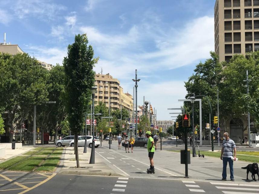 Zaragoza heeft veel fietspaden, zelfs midden in de stad. Dit is de kruising aan het eind van de Gran Via met een speciaal stoplicht voor fietsers.