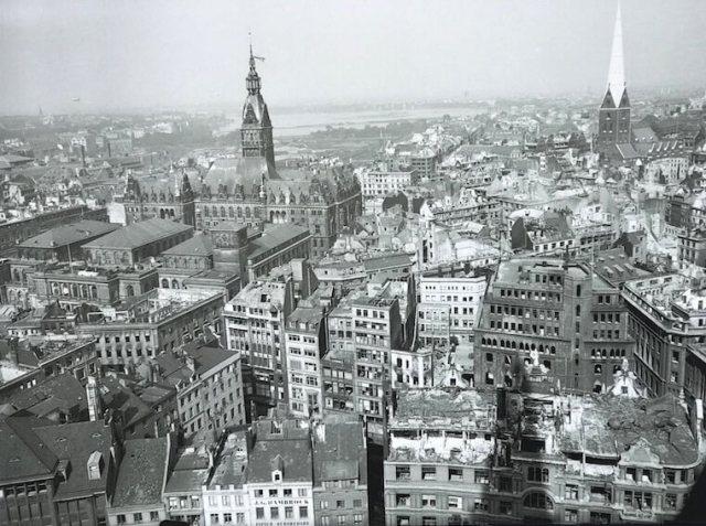 Zo zag Hamburg er na het bombardement van 1943 uit vanaf hetzelfde punt waar Walter stond. Het stadhuis heeft het op miraculeuze wijze overleefd.