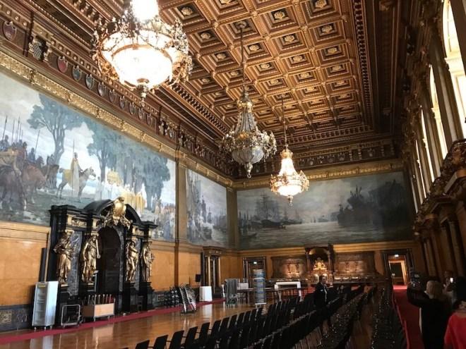 Het Rathaus van Hamburg lijkt meer op een paleis dan op een gemiddeld stadhuis. Dit is de feestzaal. Onder leiding van een gids kun je het gebouw bezoeken.