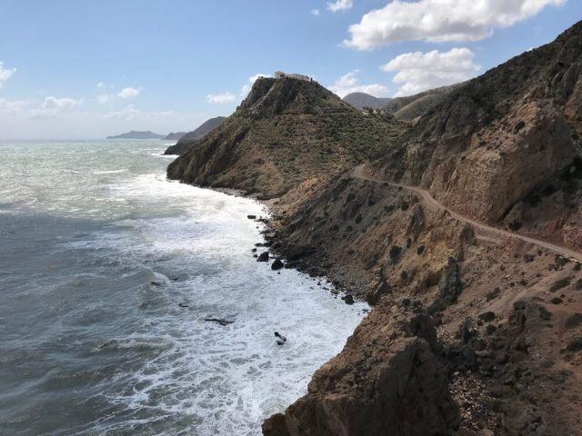 De ruige kust in de buurt van Sopalmo.