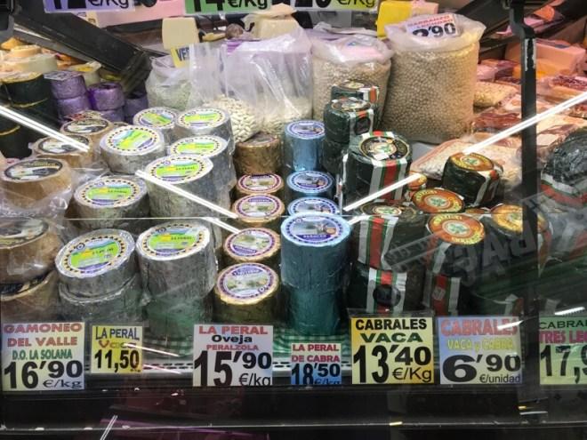 Op de markten in Gijon en Oviedo kwamen we de verschillende kazen in vol ornaat tegen.