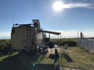 Solarmodul am DüDo Fernreisemobil MB 508 Campervan klappbar aufgestellt richtung Sonne auf Fehmarn