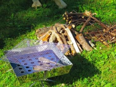 焚き火台を囲むテーブルが便利!囲炉裏テーブルの選び方・作り方