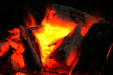 焚き火はキャンプの醍醐味!初心者向けのやり方と失敗を避けるコツ