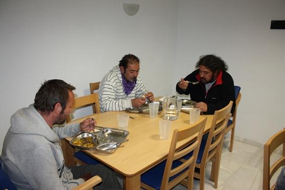 Un grupo de personas alojadas en el Albergue Municipal de Andújar.