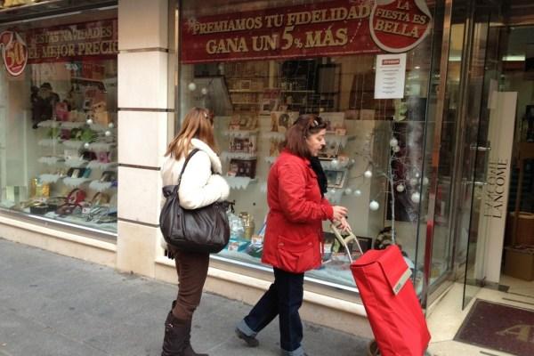 Consumidores frente a un comercio de Andújar.