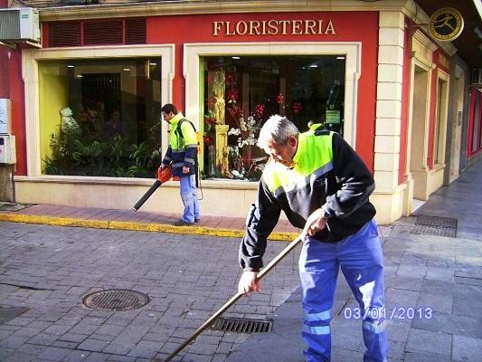 Operarios municipales limpiando las calles de Andújar.