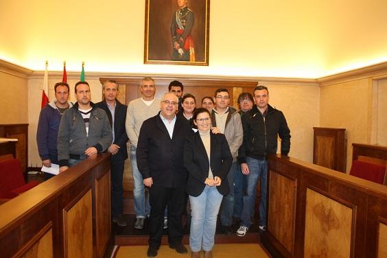 El alcalde de Andújar, Jesús Estrella, junto a los ochos vecinos de la ciudad.